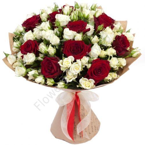 Букет в красной и белой кустовой розы в крафте