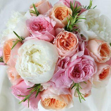 Букет из пионовидной розы и роз