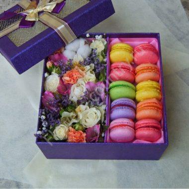 Композиция с цветамми и макарони