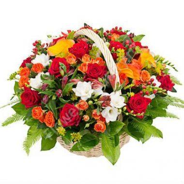 Букет из калл, роз и фрезий в корзине