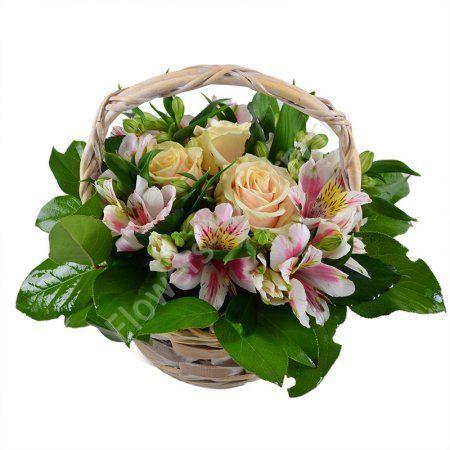 Букет из 3 роз и альстромерий в маленькой корзине