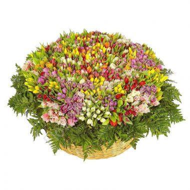 Букет из тюльпанов микс в корзине