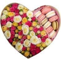 Букет кустовых роз с макарони в форме сердца