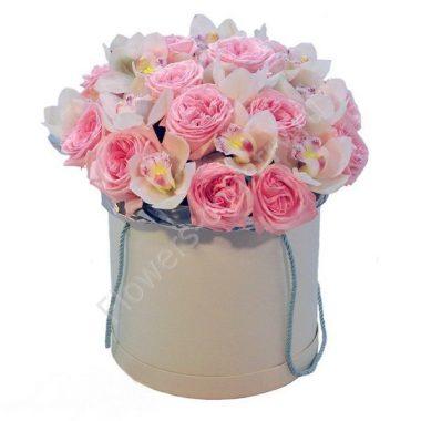 Букет из орхидеи и пионоводной розы в коробке