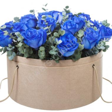 Букет из синих роз и эвкалипта в коробке