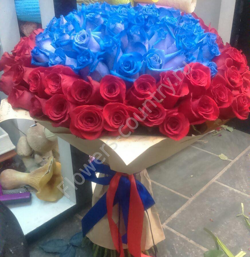 Букет из синих и красных роз