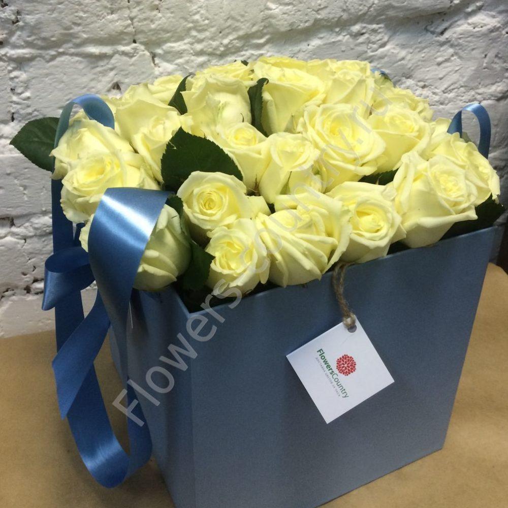 Букет белых роз в квадратной коробке