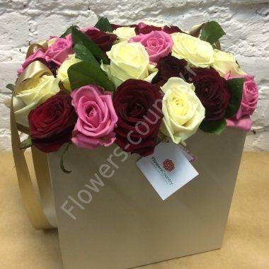 Букет разноцветных роз в квадратной коробке