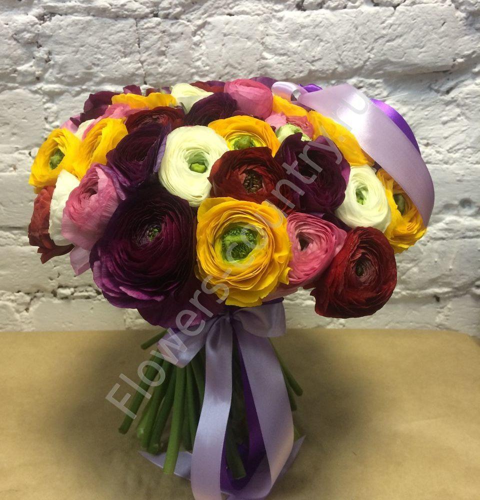Букет из разноцветных ранункулюсов