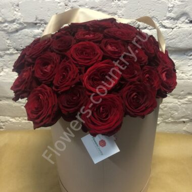 Букет бордовых роз в шляпной коробке
