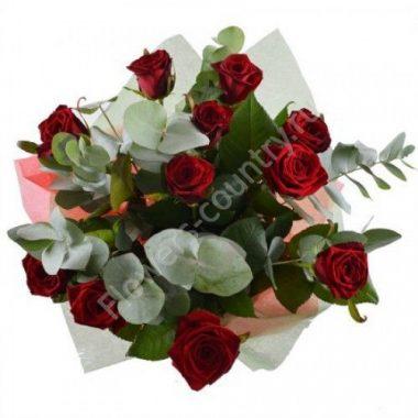 Букет из 11 роз и эвкалипта