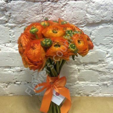Букет из 15 оранжевых ранункулюсов