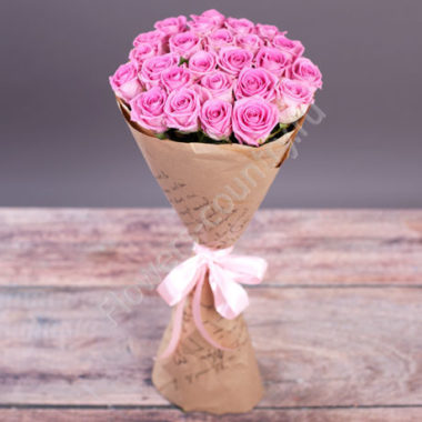 Букет из 25 розовых роз в бумаге