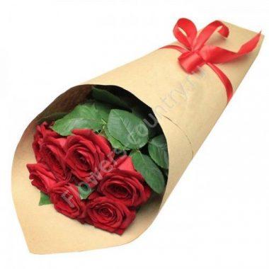 Букет из 7 красных роз в крафте