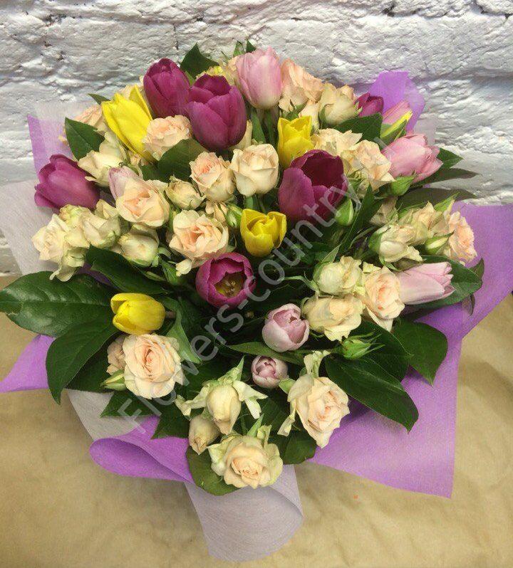 Букет из кустовых роз и разноцветных тюльпанов