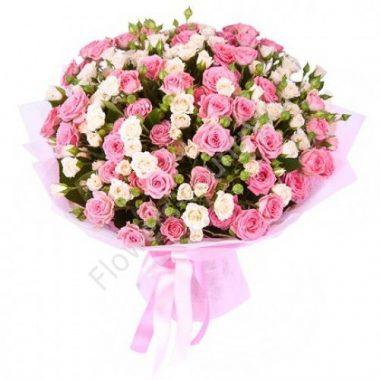 Букет из кремовых и розовых кустовых роз