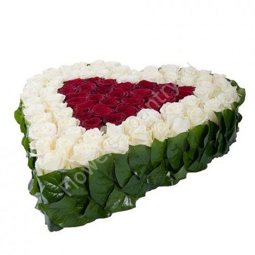 Букет из красных и белых роз в форме сердца