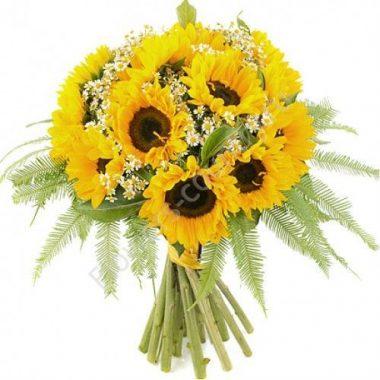 Букет из красивых цветов (подсолнухи с папоротником)
