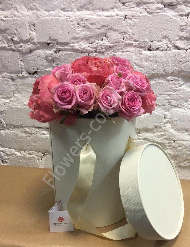 Букет из пионов и роз в шляпной коробке