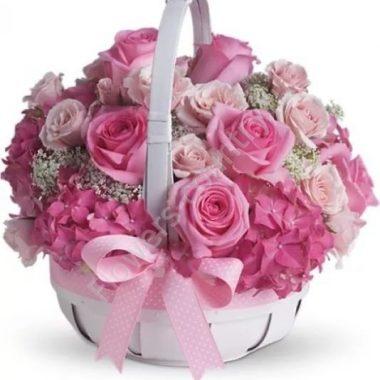 Букет из розы, гортензии, гипсофилы в корзине