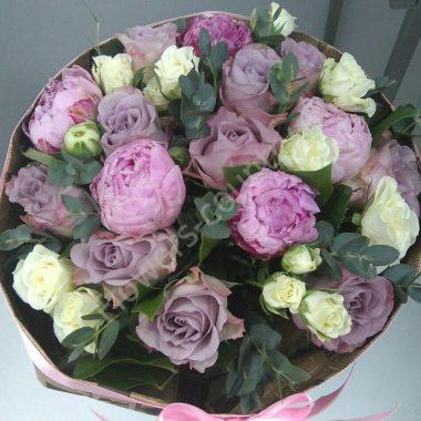 Букет из сиреневых роз и пионов