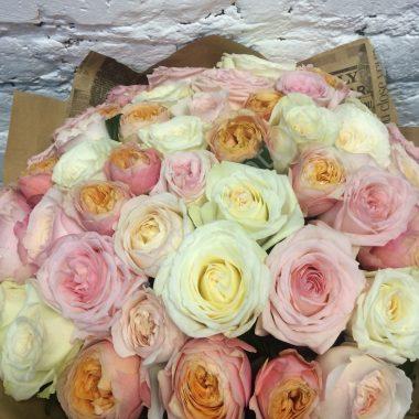 Букет из роз и пионовидных роз
