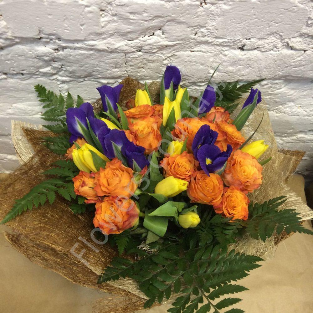 Букет из оранжевых роз и ирисов