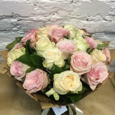 Букет из розовых и кремовых роз