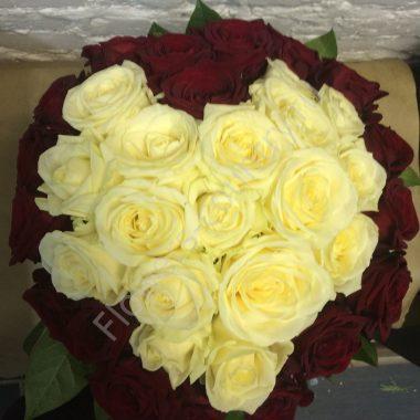 Букет из красных и кремовых роз в форме сердца