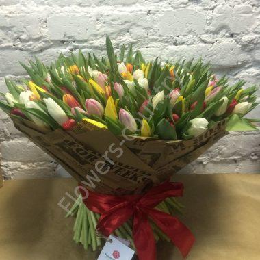 Букет из разноцветных тюльпанов «Весенняя поляна»