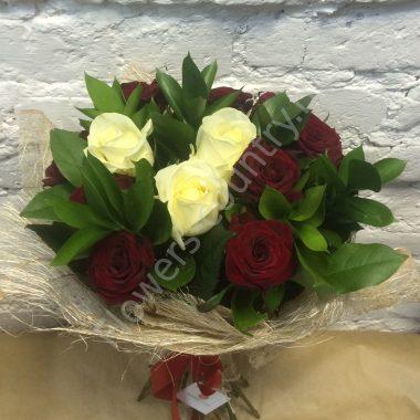 Букет из бордовой и белой розы