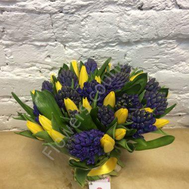 Букет из желтых тюльпанов и гиацинтов