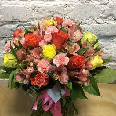 Букет из альстромерий, гвоздик и роз
