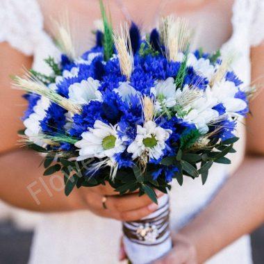 Букет невесты из васильков и хризантемы