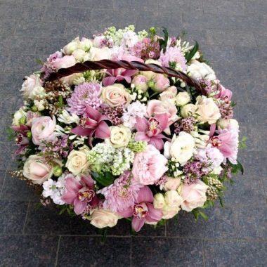Букет из хризантем, роз и орхидей