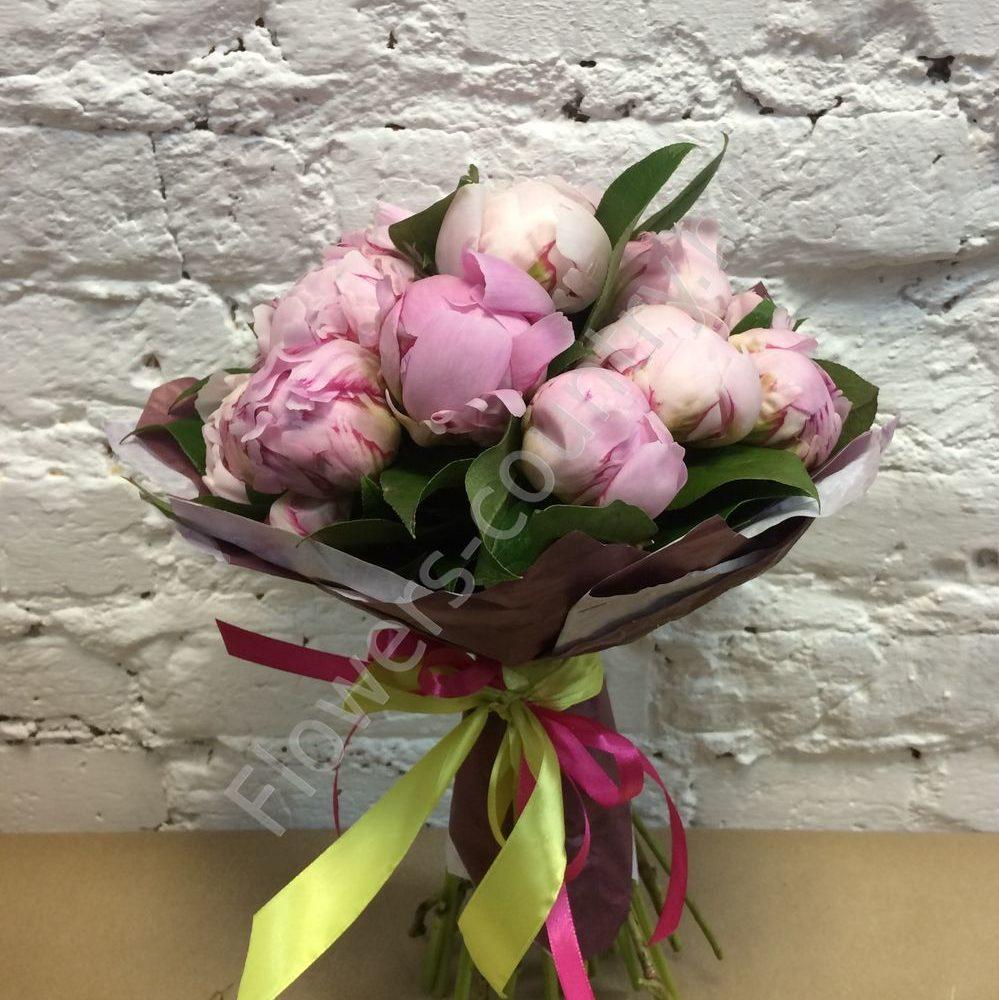 Букет из розовых пионов с лентами