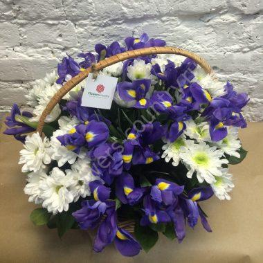 Букет из синих ирисов и хризантем