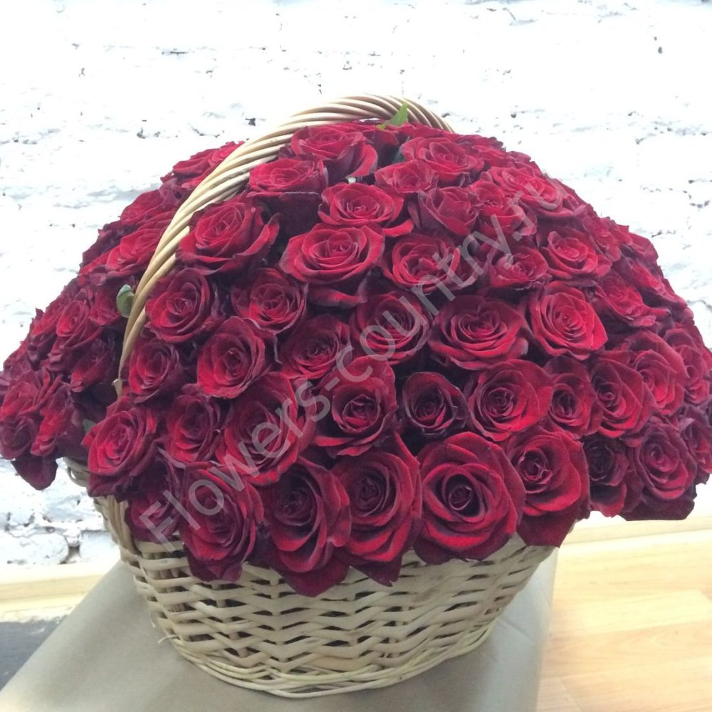 Букет из красных роз в корзине «Сфера любви»