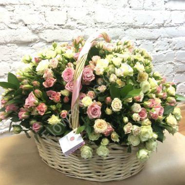Букет кустовых роз в корзине «Нежная поляна»