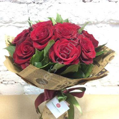 Букет из розы (бордовой) в крафте
