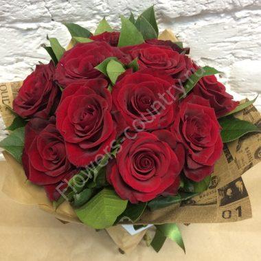 Букет из бордовой розы в крафте