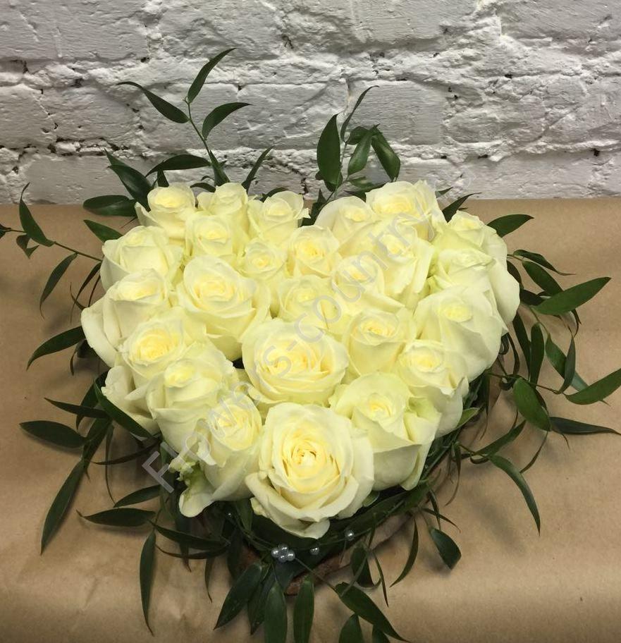 Букет из белых роз в форме сердца