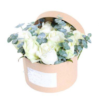 Букет из 11 роз и эвкалипта в коробке