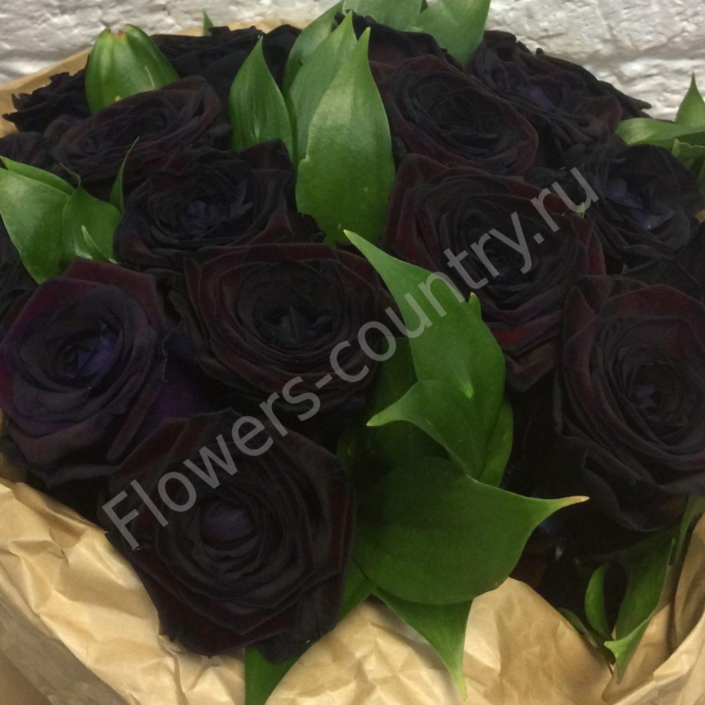 Букет из 19 черных роз в бумаге крафт