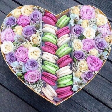 Букет с макарони с бордовыми розами