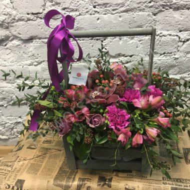 Букет из фиолетовых роз и красных орхидей