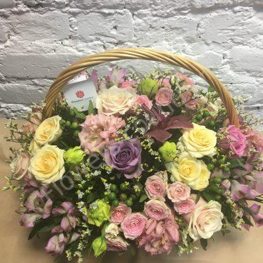 Букет из орхидей, альстромерий, кремовых и розовых роз