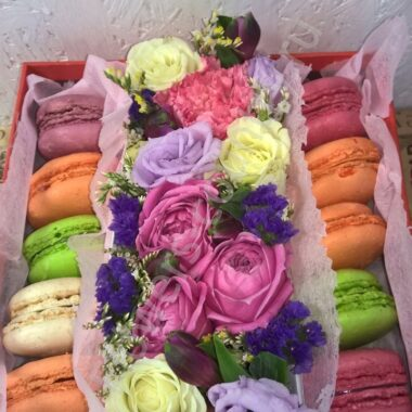 Букет из роз, эустом, гвоздик и макарони