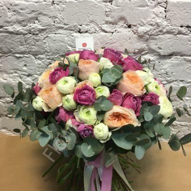 Букет из разноцветных пионовидных роз