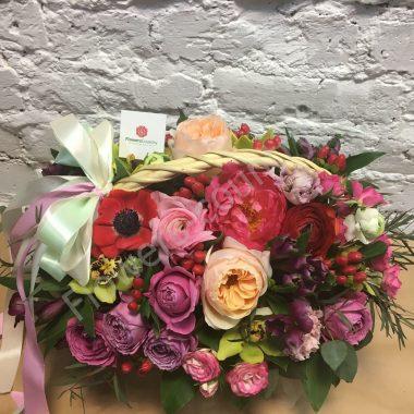 Букет из гиперикума, орхидеи и пионоводных роз
